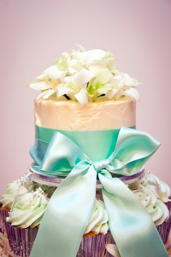 Bolo e fitas de casamento do queque imagens de stock royalty free