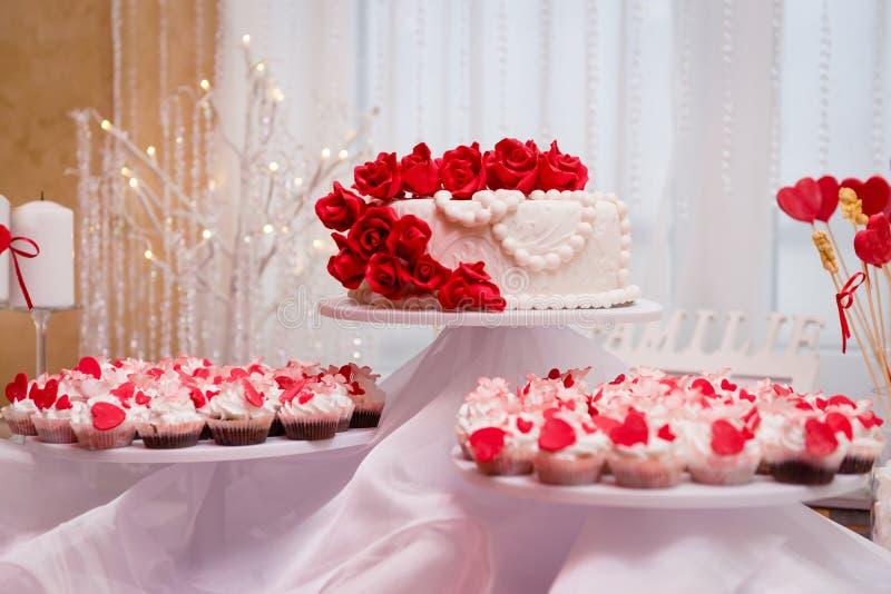 Bolo e queques de casamento na decoração fotos de stock royalty free