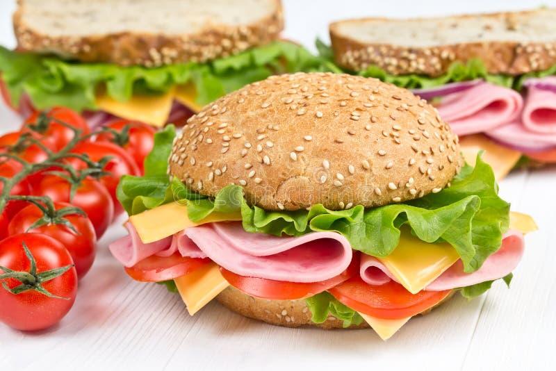 Bolo e sanduíches com presunto e queijo foto de stock