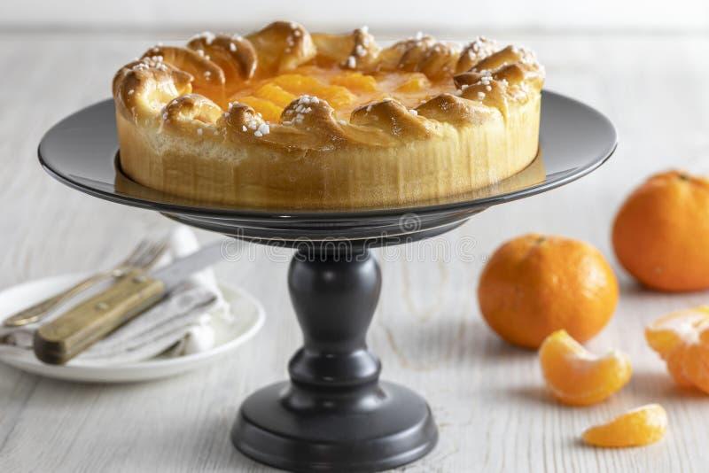 Bolo e tangerinas do mandarino no fundo r?stico fotografia de stock royalty free