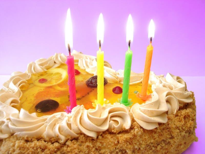 Bolo e velas de aniversário fotografia de stock royalty free