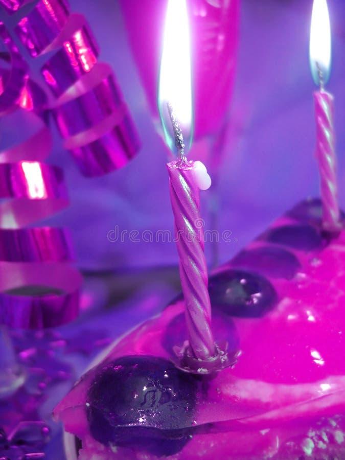 Bolo e velas na violeta fotografia de stock royalty free