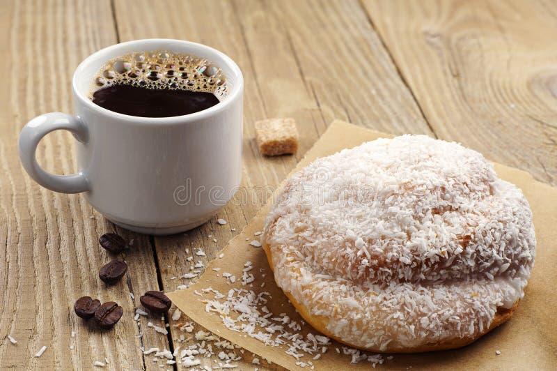Bolo e xícara de café doces foto de stock