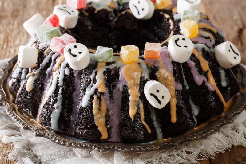 Bolo escuro engraçado de Bundt com frutos cristalizados, marshmallow e cor fotos de stock royalty free