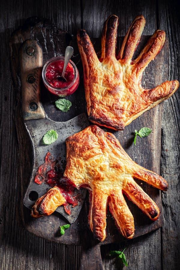 Bolo estranho da mão com doce de morango como o conceito do gosto imagem de stock