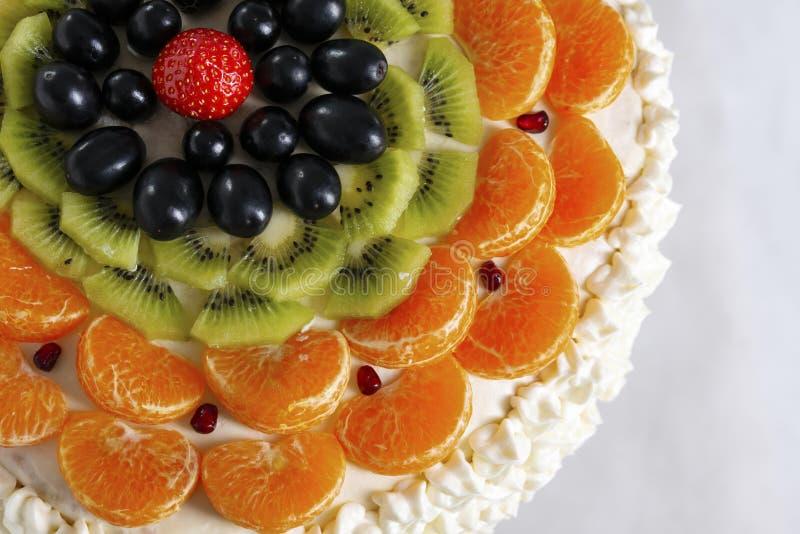 Bolo feito dos ingredientes naturais, do quivi fresco, das uvas, da tangerina e da morango, close up fotografia de stock royalty free