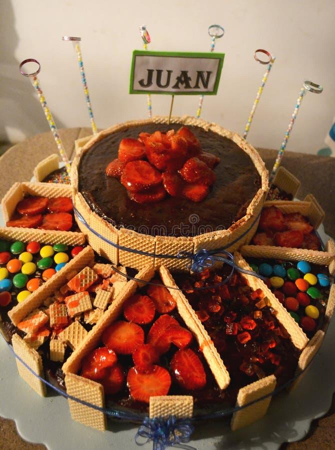 Bolo grande de morangos do chocolate e de doces torta gigante de caramelos imagem de stock royalty free