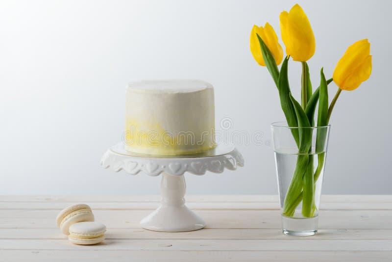 Bolo minimalista e tulipas fotos de stock royalty free