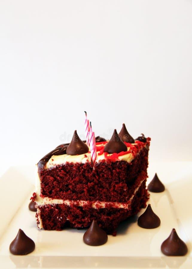 Bolo muito saboroso e bonito com velas Aniversário imagens de stock royalty free