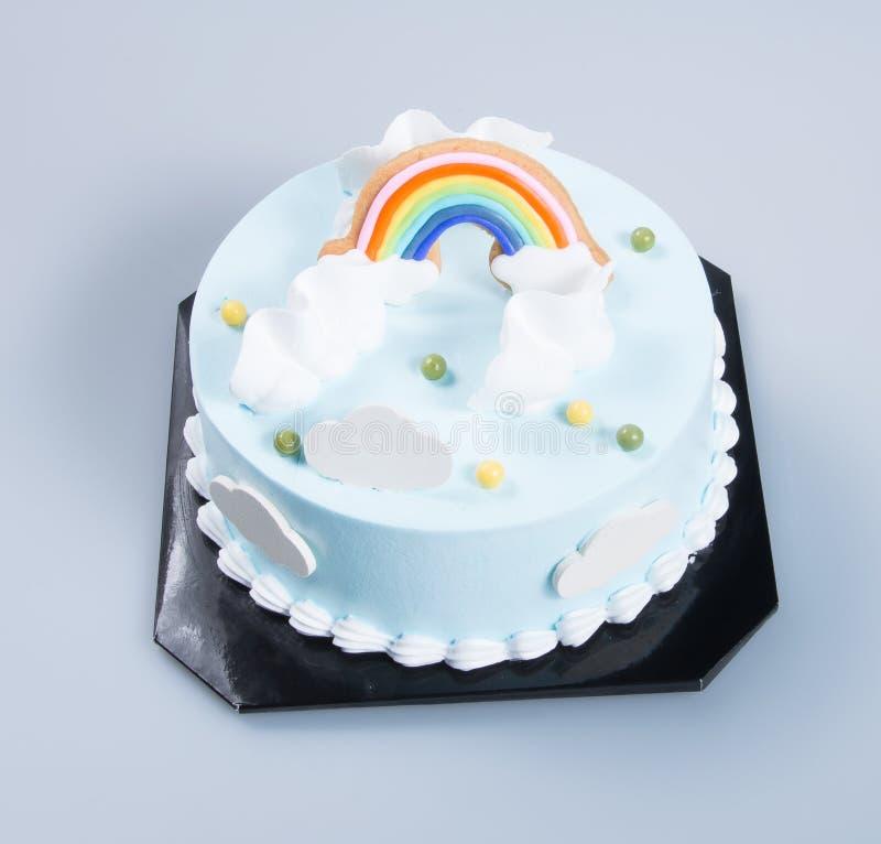 bolo ou bolo de aniversário em um fundo fotos de stock