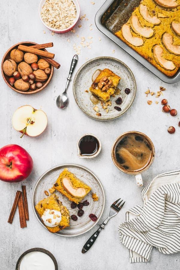 Bolo ou torta de maçã da abóbora do café da manhã com aveia imagem de stock royalty free