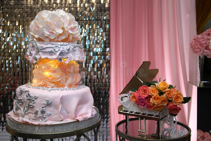 Bolo para o 50th aniversário Bolo de aniversário doce com creme cor-de-rosa foto de stock royalty free