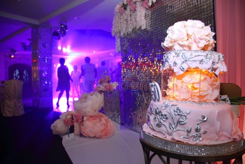 Bolo para o 50th aniversário Bolo de aniversário doce com creme cor-de-rosa imagens de stock royalty free