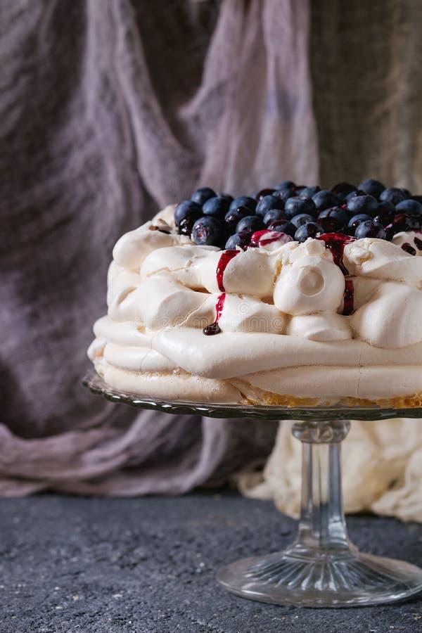 Bolo Pavlova da merengue com mirtilos fotos de stock royalty free