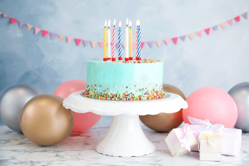 Bolo, presentes e balões deliciosos frescos de aniversário na tabela fotografia de stock