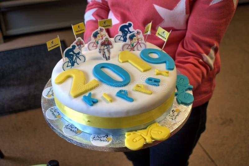 Bolo que comemora a raça de ciclismo do de Yorkshire da excursão, vila de Kippax, Leeds, Yorkshire, Inglaterra, Reino Unido, o 3  imagem de stock