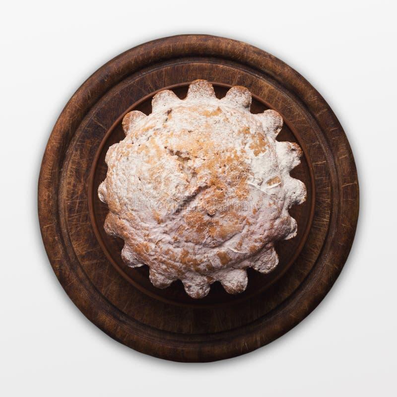 Bolo saboroso com o açúcar pulverizado, isolado no branco fotografia de stock