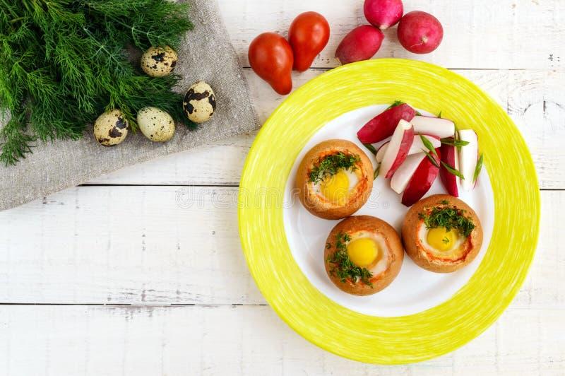 Bolo saboroso pequeno cozido com bacon, queijo, ovo de codorniz e verdes Pequeno almoço saboroso imagens de stock
