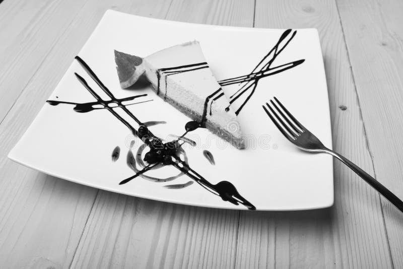 Bolo servido no restaurante ou no café Sobremesa americana com linhas do chocolate, mirtilo do conceito da pastelaria da culinári fotos de stock royalty free