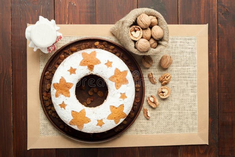 Bolo tradicional caseiro do fruto na placa da argila decorada com rai fotografia de stock royalty free