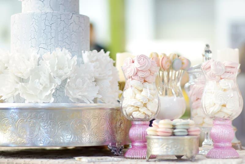 Bolo tradicional da multi-camada do anivers?rio/casamento decorado com flores E sobremesa doce deliciosa bonita fotografia de stock royalty free