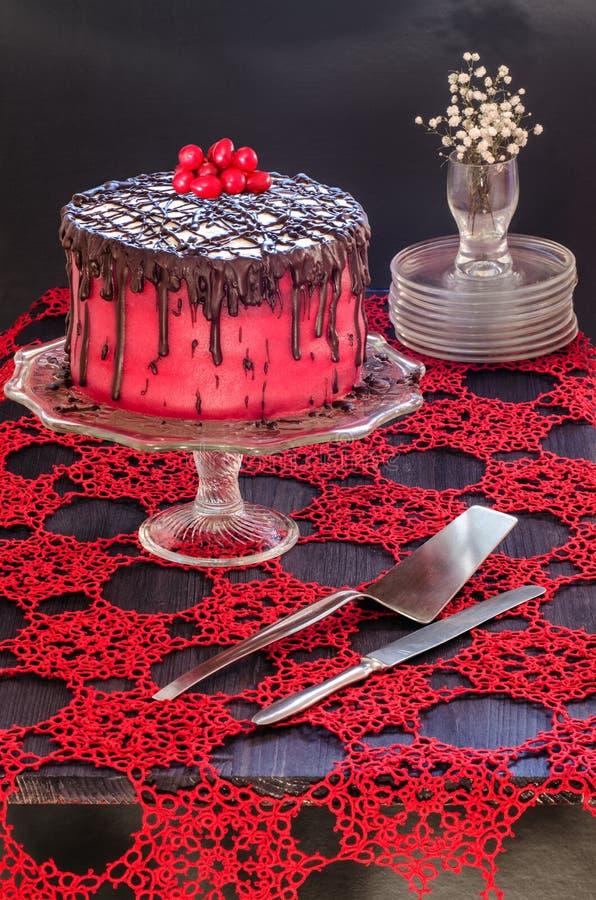 Bolo vermelho com sementes de papoila, maçapão e chocolate foto de stock royalty free