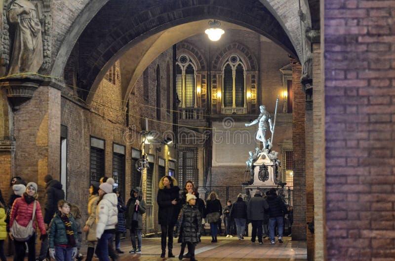 Bologna Emilia Romagna, Italien December 2018 Neptunspringbrunnen på natten royaltyfria foton