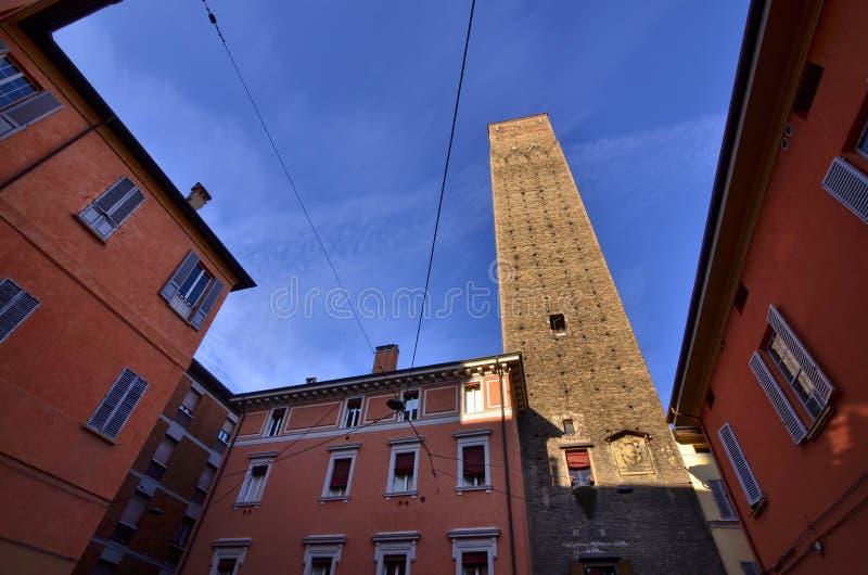 Bologna, Emilia Romagna, Italien Dezember 2018 Der Prendiparte-Turm, 59 Im Jahre 1980 genannt erste Kulturerbestätte, Bauerben un stockfotos