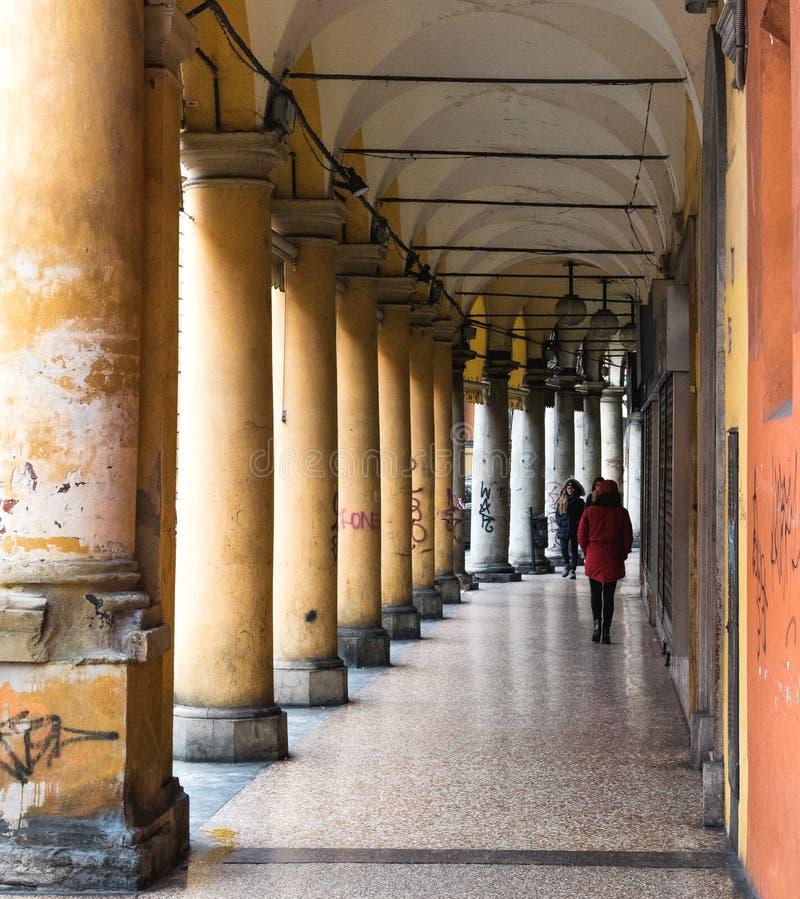 BOLOGNA, ITALIË - 17 FEBRUARI, 2016: Mensen die door een Portiek, beschutte gang, in Bologna met zijn bijna 40 kilometers lopen royalty-vrije stock afbeeldingen