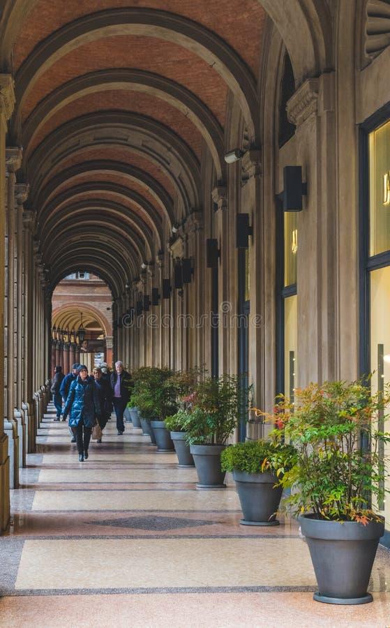 BOLOGNA, ITALIË - 17 FEBRUARI, 2016: Mensen die door een Portiek, beschutte gang, in Bologna met zijn bijna 40 kilometers lopen royalty-vrije stock fotografie