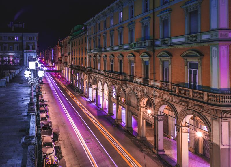 BOLOGNA, ITALIË - 17 FEBRUARI, 2016: Via dell& x27; Indipendenzastraat in Bologna bij nacht stock fotografie
