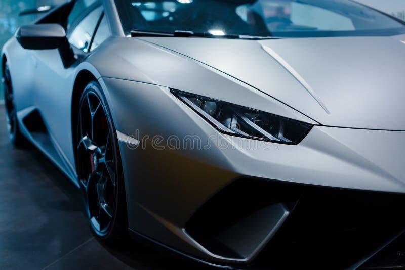 Bologna, Italia - 9 dicembre 2019: Originale Lamborghini Huracan Performante Logo e griglia anteriore, fari Auto di lusso ed eleg fotografia stock