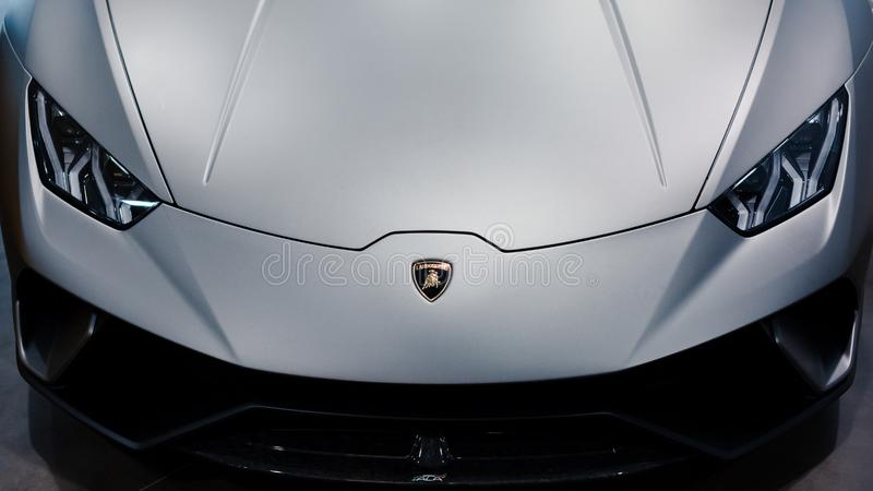 Bologna, Italia - 9 dicembre 2019: Originale Lamborghini Huracan Performante Logo e griglia anteriore, fari Auto di lusso ed eleg immagini stock libere da diritti