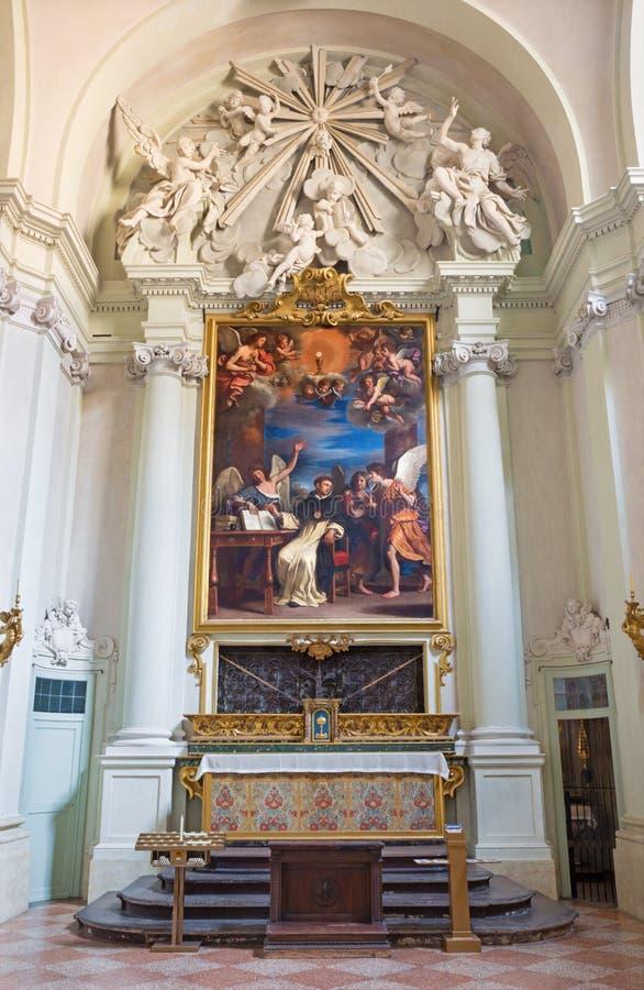 BOLOGNA, ITALIA - 16 MARZO 2014: La cappella laterale con la pittura del san Thoma del dottore Angelicus di Aquin fotografia stock libera da diritti