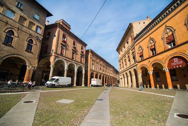 BOLOGNA, ITALIA - ottobre 2017: Vecchia città quadrata di Bologna di vista, Italia Via di pietra del ciottolo con le bitte Costru immagini stock
