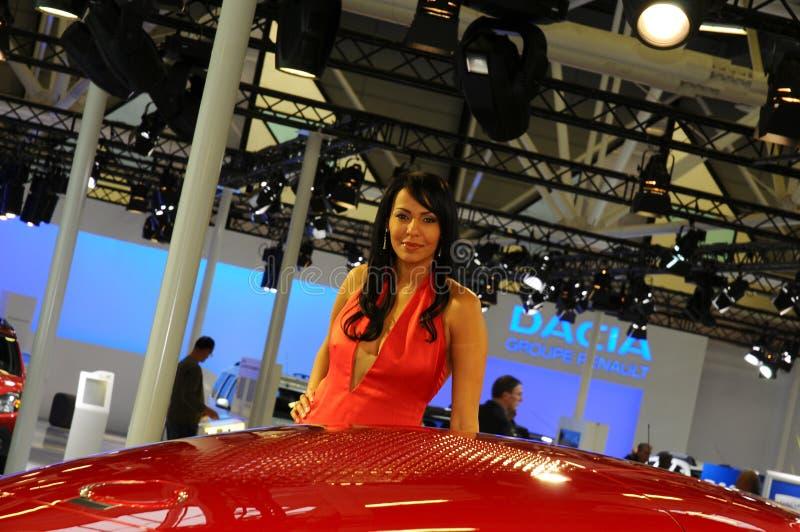 BOLOGNA ITALIEN - DECEMBER 2, 2010: den härliga modemodellen poserar med Renault Dezir Concept på Bolognamotorshowen arkivbild