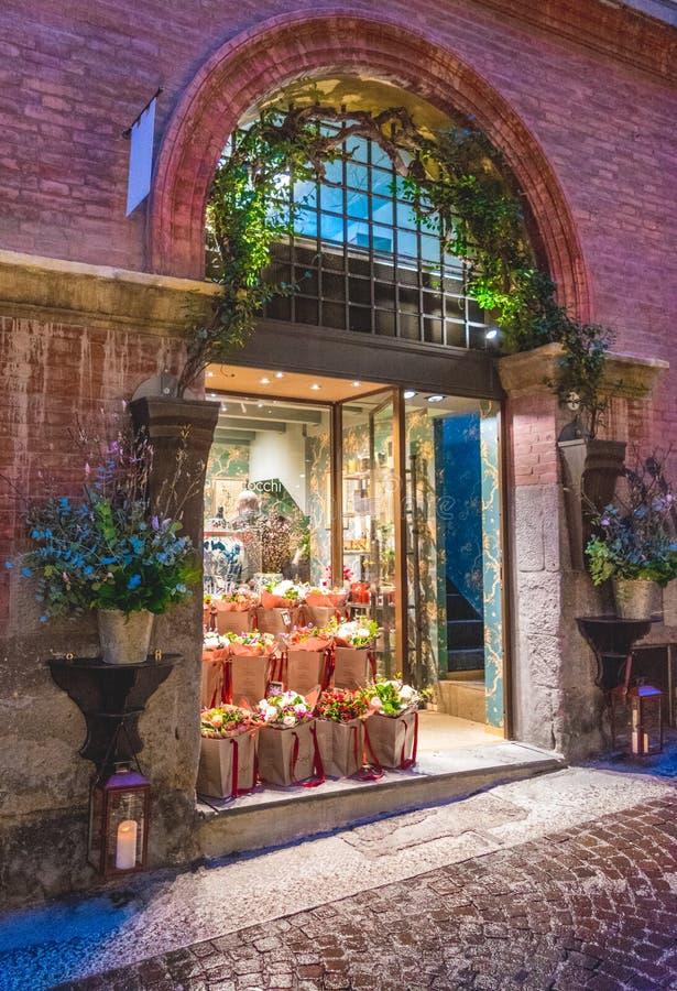 BOLOGNA ITALIEN - 15 FEBRUARI, 2016: En blomsterhandel i bolognaen, Italien arkivfoto