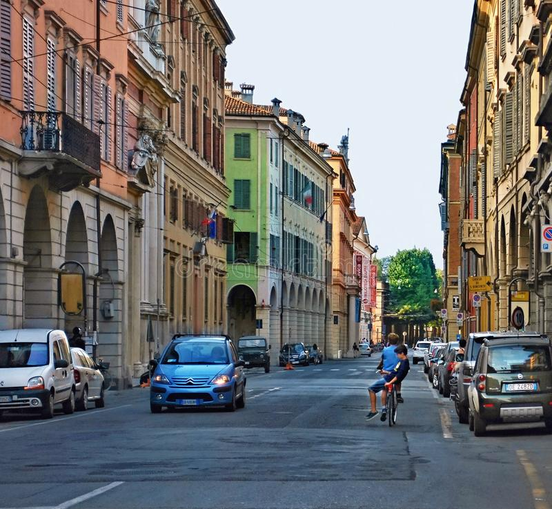 Bologna Italien - Juli 10, 2013: Gå på gatorna av Italien royaltyfri fotografi