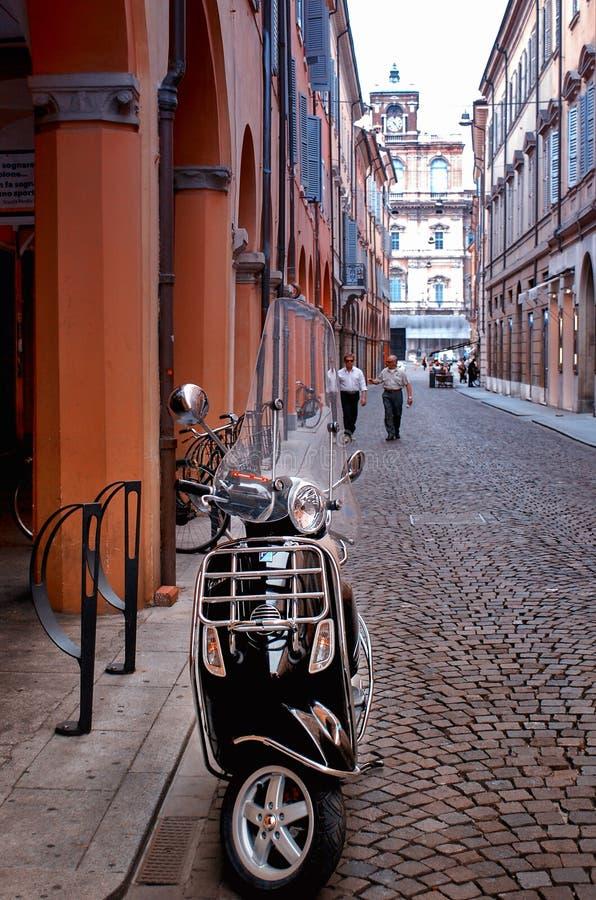 Bologna Italien - Juli 10, 2013: Gå på gatorna av Italien royaltyfria foton