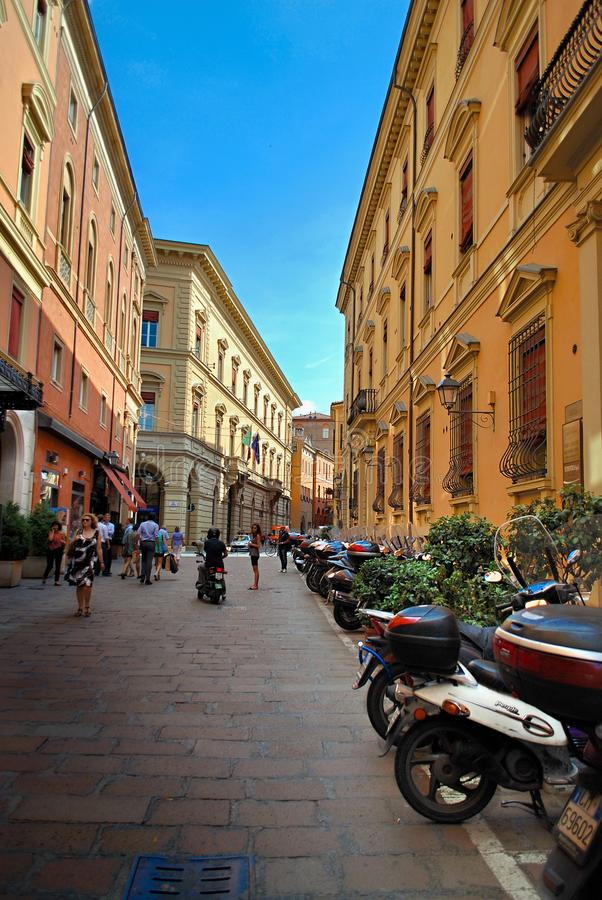 Bologna Italien - Juli 08, 2013: Grändväg i Italien arkivbilder