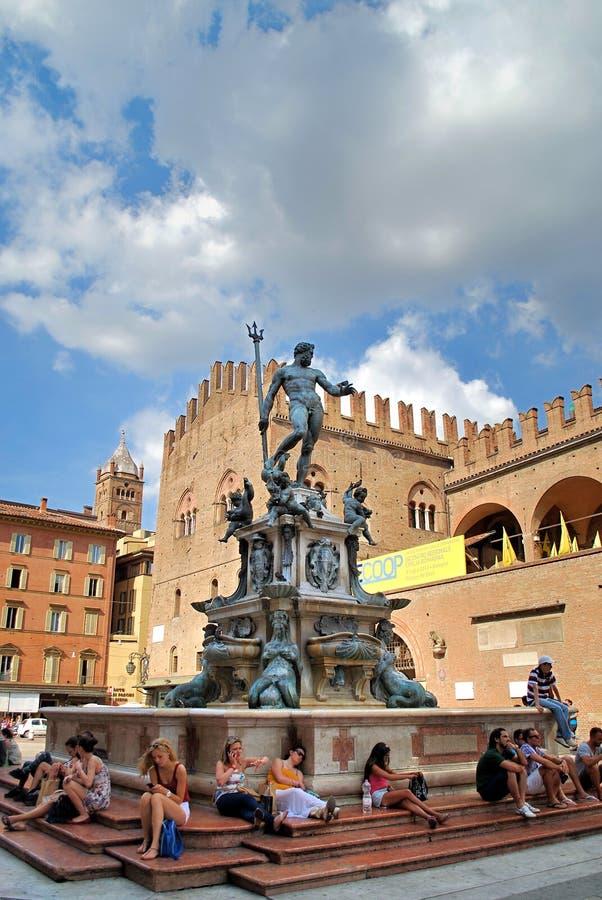 Bologna Italien - Juli 08, 2013: Springbrunn i den forntida mitten av staden arkivfoto