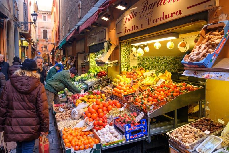 Bologna-Italien-Obst-und Gemüsehändler, die Frucht über Pescherie Vecchie anzeigen stockbilder