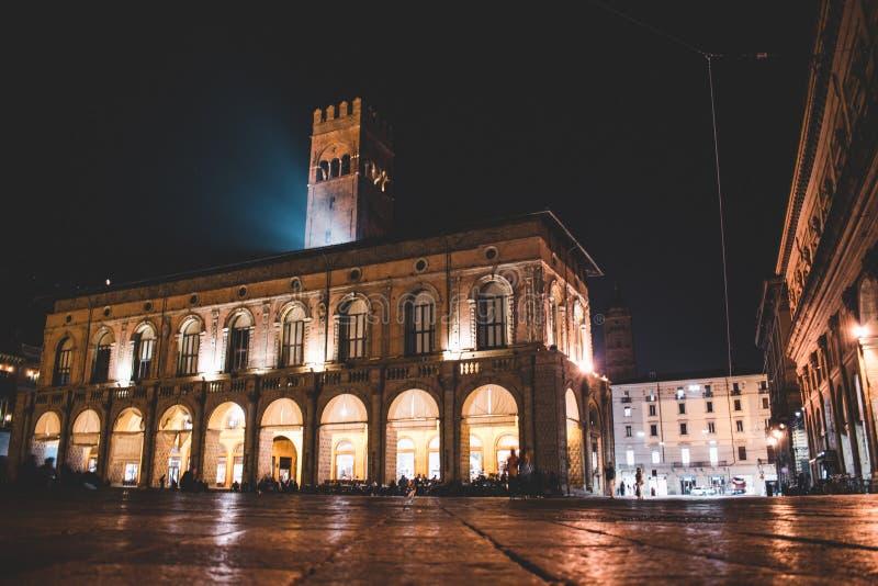 Bologna Italien under natt, härliga byggnader royaltyfria foton