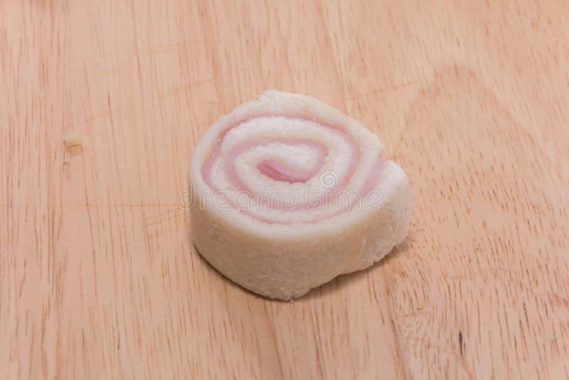Bologna kanapka na drewnianym talerzu zdjęcie royalty free
