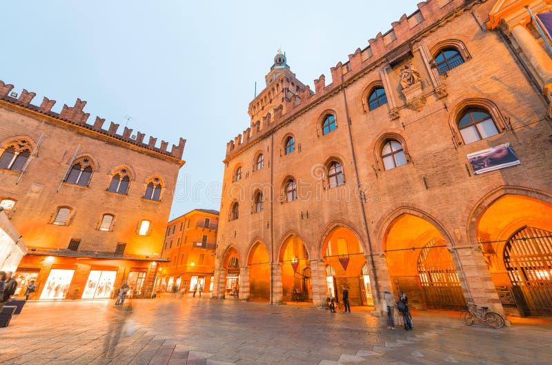 bologna Marktplatz Maggiore nachts, Italien stockfoto