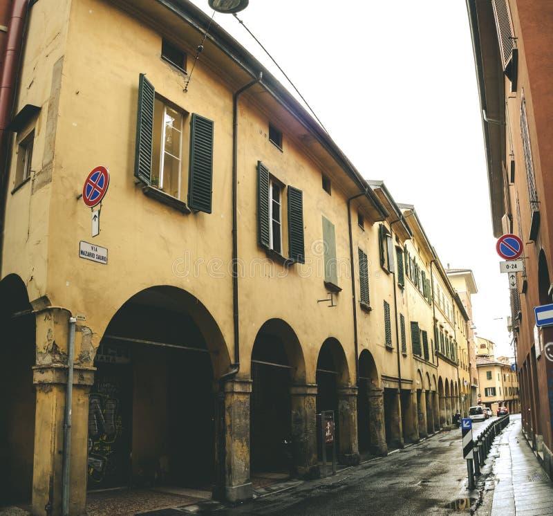 Bologna via nazariosauroen - emilia för valvgångItalien portici romag royaltyfria foton