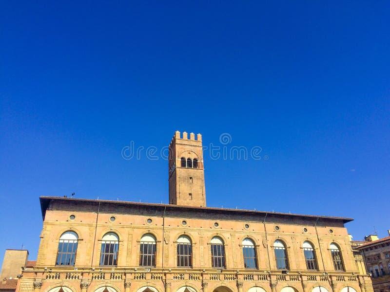 Bolognatorn i blå himmel royaltyfri bild