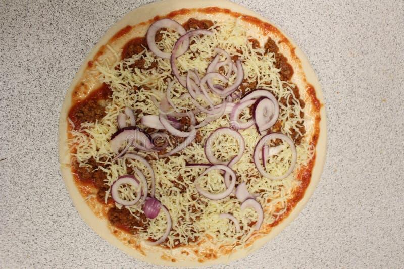 Bolognese pizza Ongebakken pizza Bolognese saus in pizza royalty-vrije stock afbeeldingen