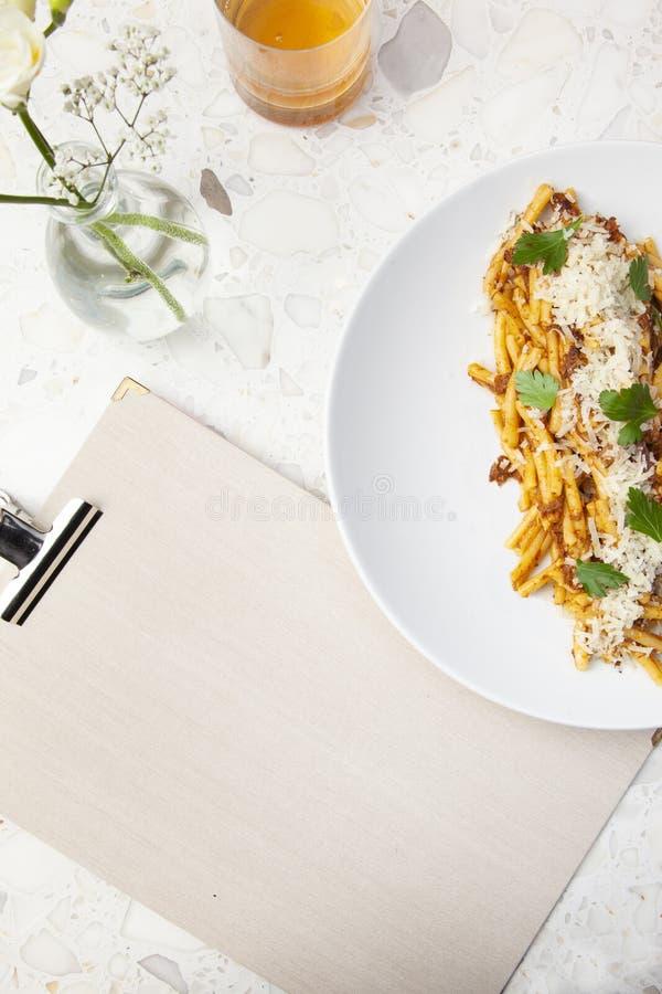 Bolognese spaghetti in marmeren lijst stock afbeeldingen