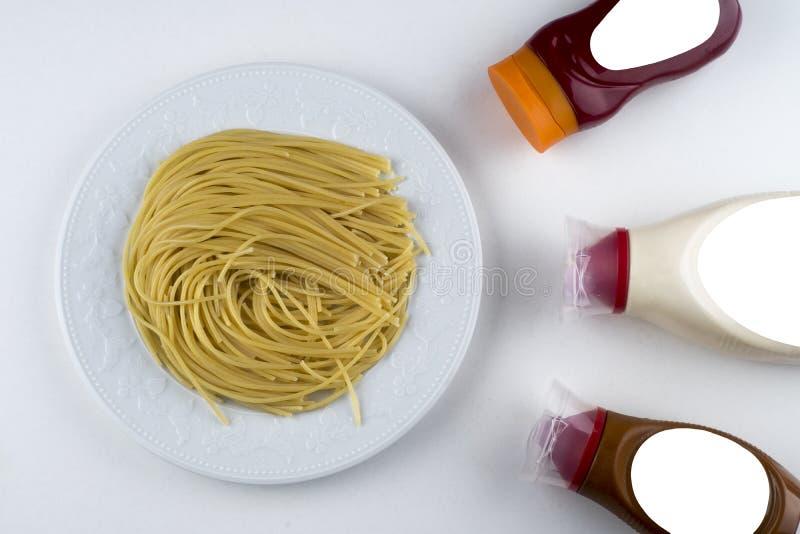 Bolonais de Fettuccine de pâtes avec la sauce tomate dans la cuvette blanche Vue supérieure photographie stock libre de droits